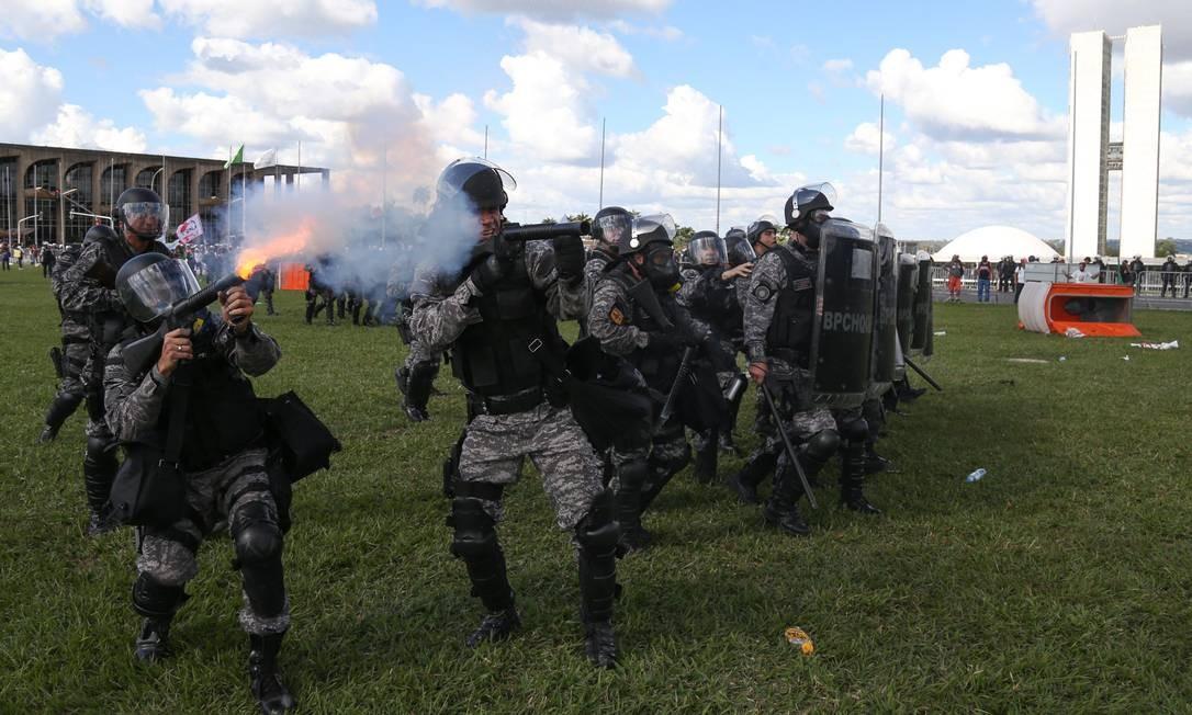 A Secretaria de Segurança não informou o motivo da reação policial. No local, a justificativa foi de que seria uma reação a objetos jogados por manifestantes Foto: Andre Coelho / O Globo