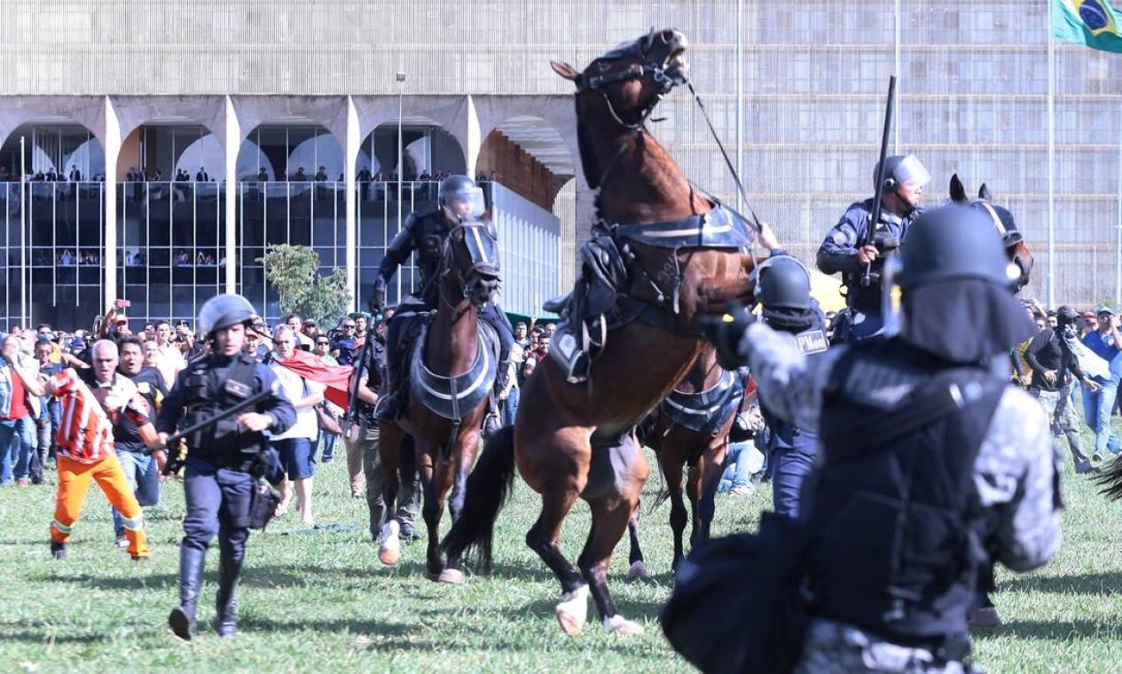 Cavalo se assusta durante a manifestação contra o presidente Michel Temer em Brasília Foto: Jorge William / O Globo