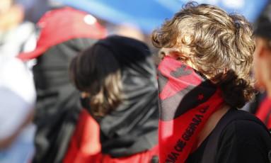 Parte do grupo que participou de ato contra o governo usou máscaras para evitar identificação pela polícia. Pelo menos seis pessoas foram detidas após o protesto Foto: Pablo Jacob / Agência O Globo