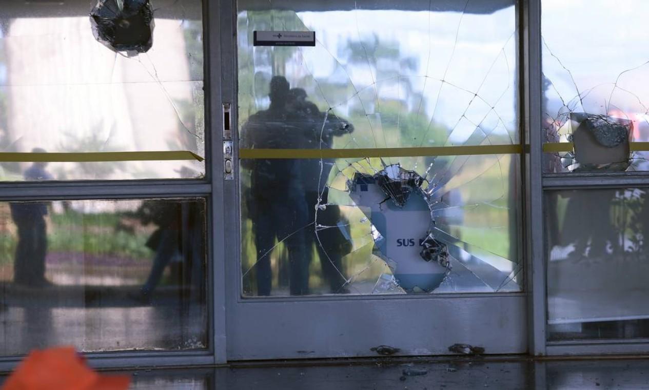 O vidro quebrado de um dos prédios em Brasília Foto: Jorge William / O Globo