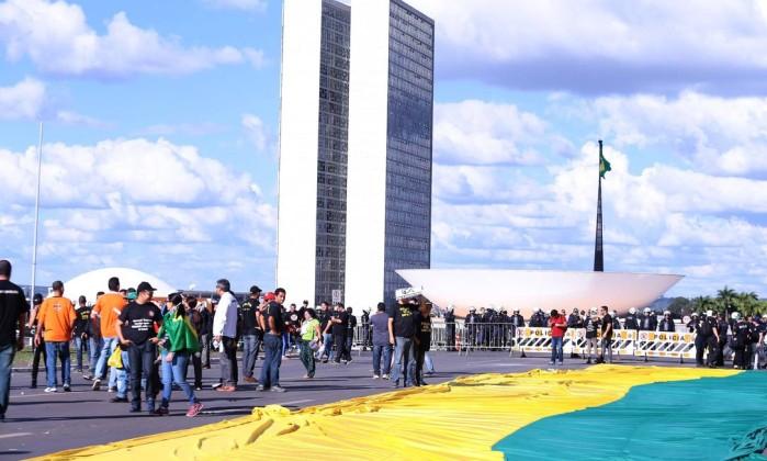 Manifestantes entram em confronto com a polícia durante manifestação na Esplanada dos Ministérios em Brasília, em protesto contra o presidente Michel Temer e as reformas propostas por seu governo Foto: Jorge William / O Globo