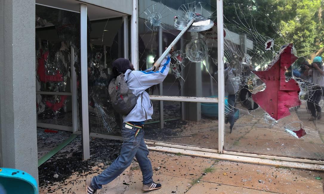 Manifestantes quebraram vidros de prédios do governo na Esplanada dos Ministérios Foto: Andre Coelho / O Globo