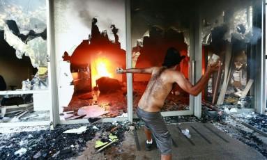 Manifestantes colocam fogo na portaria do prédio do Ministério da Agricultura Foto: Divulgação