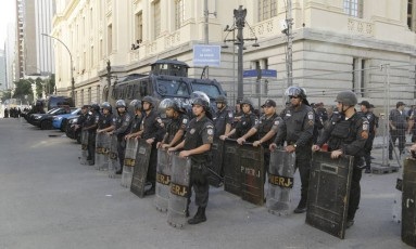 Alerj recebe reforço na segurança para evitar invasão no segundo dia de discussão do pacote do governo Foto: Gabriel Paiva / Agência O Globo