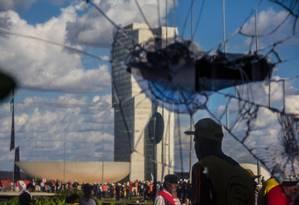 Policiais atiraram bombas de gás lacrimogêneo e de efeito moral durante ato convocado pela Central Única dos Trabalhadores (CUT), a Força Sindical e outros sindicatos de várias partes do Brasil Foto: Danilo Fernandes/Brazil Photo Press / O Globo