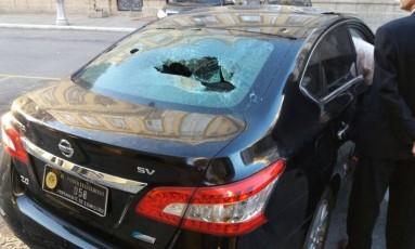 Carro oficial foi quebrado por manifestantes Foto: Divulgação