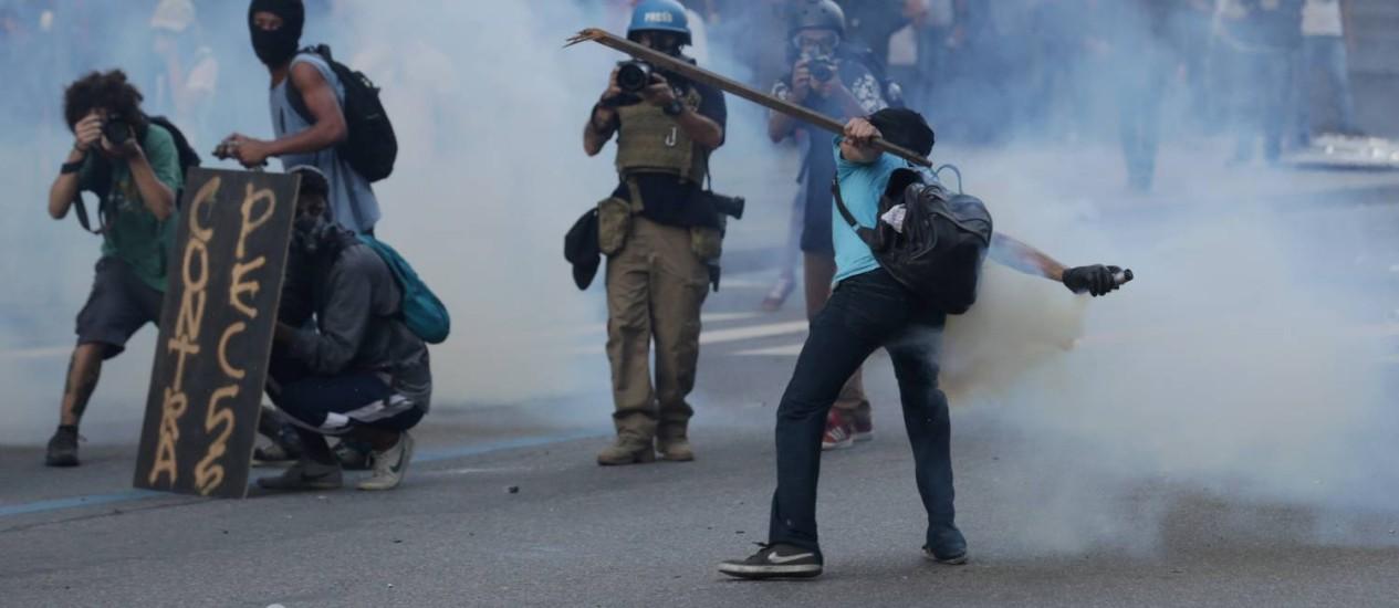 Confusão durante manifestação em frente ao prédio da Alerj Foto: Marcelo Theobald / Agência O Globo