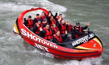 Uma das atividades mais concorridas em Queenstown é o passeio de jetboat, que faz giros de 360º entre cânions pelo Shotover Rio Foto: Vera Araújo / Agência O Globo