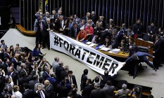 Parlamentares da oposição ocupam a mesa da Câmara dos Deputados Foto: LUCIO BERNARDO JR / Agência Câmara