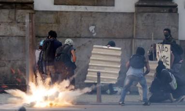 Confronto entre PMs e parte dos manifestantes contrários a aumento da alíquota de servidores causou transtornos no trânsito Foto: Marcelo Theobald / Agência O Globo