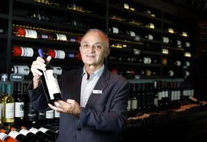 Maitre Gerard Vieira apresenta um dos vinhos vendidos na casa Foto: Fábio Rossi / Agência O Globo