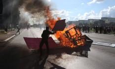 Manifestantes contra Temer enfrentam PM e atacam prédios de ministérios Foto: ANDRE COELHO / Agência O Globo