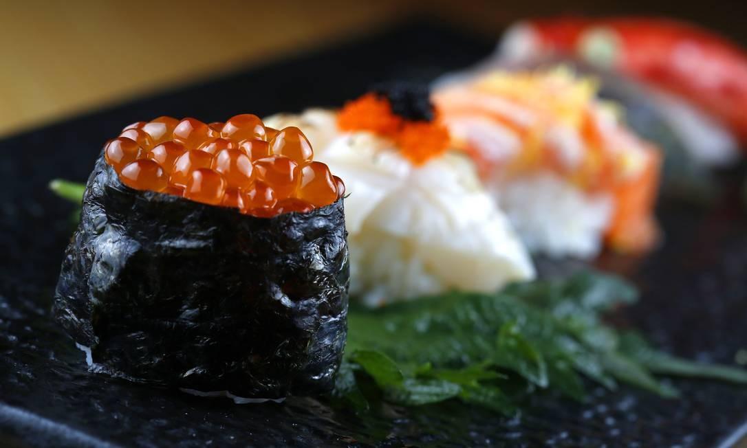 Sushi de ovas, de vieira e barriga de salmão em primeiro plano do Naga Foto: Fabio Rossi / Agência O Globo