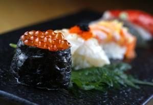 Sushi de ovas, de vieira e barriga de salmão em primeiro plano Foto: Fabio Rossi / Agência O Globo