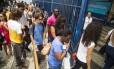 Estudantes chegam para fazer prova do Enem 2016