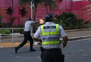 Policial atira em direção a manifestantes em Brasília Foto: Reprodução vídeo