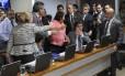 Comissão de Assuntos Econômicos (CAE) tem tumulto e empurra empurra entre senadores, e protestos contra a reforma trabalhista Foto: Alessandro Dantas / Agência O Globo
