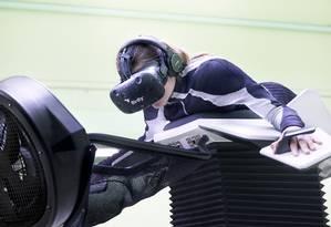o Birdly simula a sensação de voar como um pássaro. Em vez do joystick, o controle é feito usando os braços como se fossem asas Foto: DIVULGAÇÃO / Divulgação
