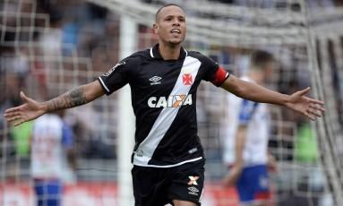 Luis Fabiano comemora gol marcado sobre o Bahia: depois de estreia precipitada e dificuldades para entrar em forma, atacante dá sinais de evolução Foto: Andre Mourao/FotoFC