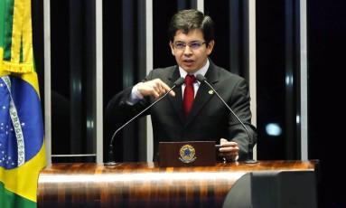 O senador Randolfe Rodrigues (Rede-AP) em plenário Foto: Givaldo Barbosa / Agência O Globo/19-05-2017