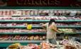 Consumidora observa produtos em supermercado de São Paulo: redes devem exigir preço menor em negociação com JBS após impacto da delação de Joesley