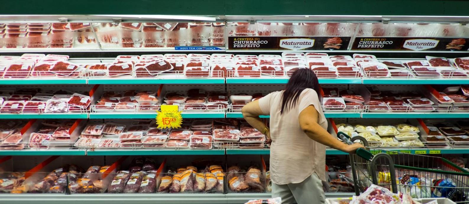 Consumidora observa produtos em supermercado de São Paulo: redes devem exigir preço menor em negociação com JBS após impacto da delação de Joesley Foto: Victor Moriyama / Bloomberg