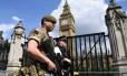 Um militar patrulha ao lado de um policial também armado a área próxima ao Parlamento, no Centro de Londres: Operação Temperer em ação Foto: JUSTIN TALLIS / Justin TALLIS/AFP