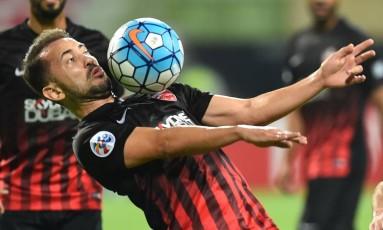 Everton Ribeiro controla a bola no peito em jogo do Al-Ahli: o meia, que esteve nos planos de outros clubes, está acertado com o Fla, mas depende da liberação dos árabes Foto: Giuseppe Cacace / Giuseppe Cacace/AFP