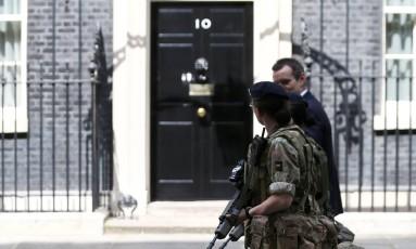 Soldados caminham em frente à casa oficial da primeira-ministra britânica, Theresa May, em Londres Foto: NEIL HALL / REUTERS