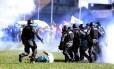 Policias reprimem manifestação contra o presidente Michel Temer em Brasília Foto: Jorge William / Agência O Globo
