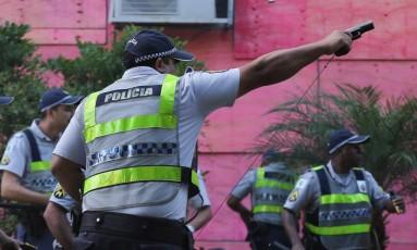 Policial militar atira contra manifestantes em protesto em Brasília que pede a saída do presidente Temer Foto: ANDRE COELHO / Agência O Globo