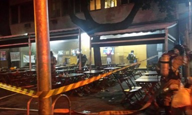 Bombeiros trabalham no barra onde ocorreu o princípio de incêndio Foto: Rayanderson Guerra