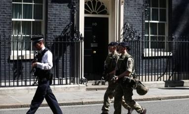 Soldados e um policial em Londres, no Reino Unido Foto: NEIL HALL / REUTERS