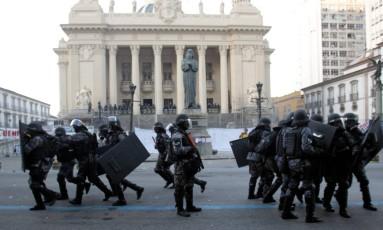 Policiais reforçam entorno da Alerj durante protesto contra o aumento da contribuição previdenciária Foto: Marcelo Theobald / Agência O Globo