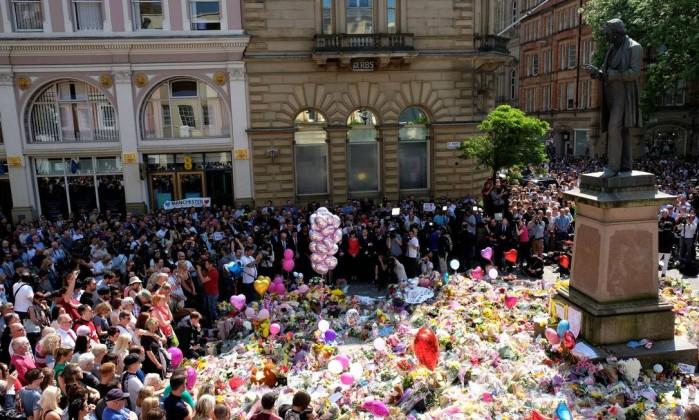 Milhares de britânicos fazem um minuto do silêncio para as vítimas do ataque da arena de Manchester, na praça de St Ann, em Manchester - DARREN STAPLES / REUTERS