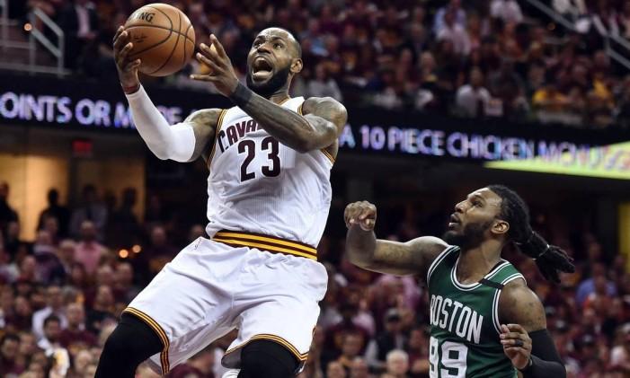 LeBron decola para fazer a bandeja: astro do Cleveland Cavaliers busca recorde contra o Boston Celtics Foto: Ken Blaze / USA Today Sports