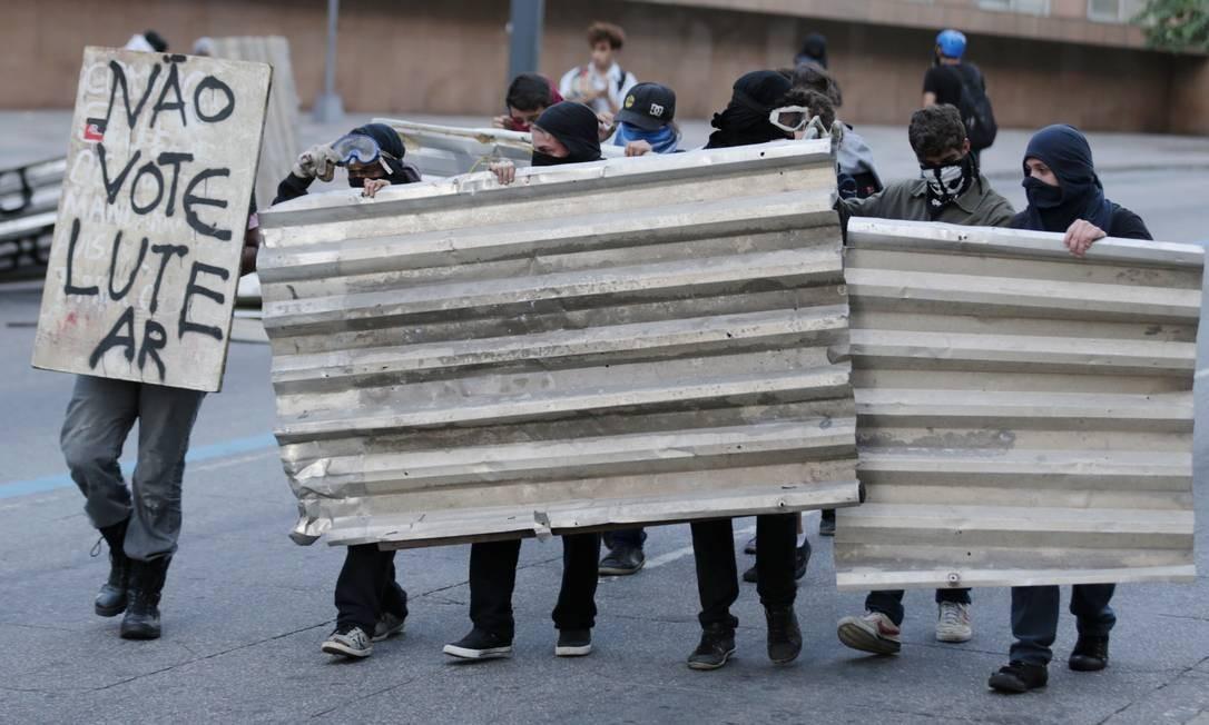 Protesto em frente à Alerj contra o aumento da contribuição previdenciária no Rio Foto: Marcelo Theobald / Agência O Globo
