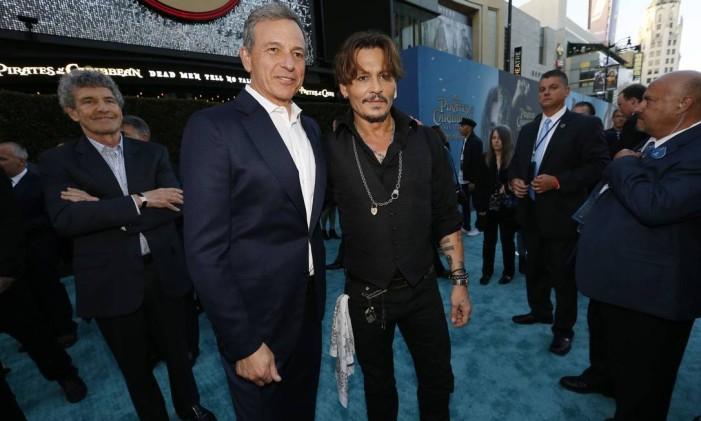 """Bob Iger, diretor-executivo da Walt Disney, ao lado de Johnny Depp, estrela do filme """"Piratas do Caribe"""" Foto: MARIO ANZUONI / REUTERS"""