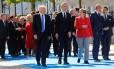 Presidente dos EUA, Donald Trump, secretário-geral da Otan, Jens Stoltenberg, e a chanceler alemã, Angela Merkel, se reúnem com líderes para foto oficial no início da cúpula em Bruxelas Foto: JONATHAN ERNST / REUTERS