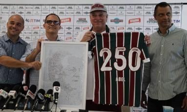 O gerente geral Marcelo Teixeira, o presidente Pedro Abad e o gerente de futebol Alexandre Torres entregam homenagem para Abel Braga Foto: Nelson Perez/Fluminense F.C.