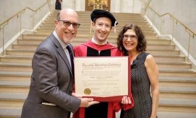 Mark Zuckerberg com os pais em Harvard para pegar seu diploma Foto: Reprodução Facebook