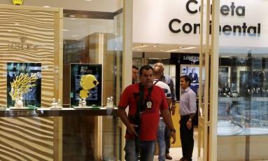 Policiais fazem perícia em loja roubada no Barra Shopping Foto: Antonio Scorza / Agência O Globo
