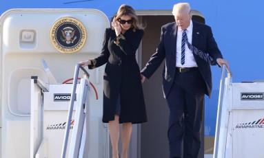 O presidente americano, Donald Trump, e a primeira-dama, Melania Trump, descem do avião na chegada ao aeroporto de Roma Foto: FILIPPO MONTEFORTE / AFP