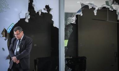 Entrada do Ministério da Ciência e Tecnologia, após a onda de depredações de prédios públicos que se seguiu a manifestação Foto: André Coelho / Agência O Globo