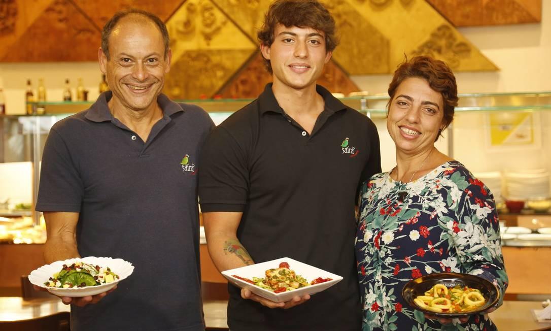 O casal Ricardo e Alessandra com o filho Glauco, administradores do Saíra, na Ilha, vencedor na categoria Quilo este ano Foto: Marcelo de Jesus / Agência O Globo