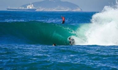 Onda tubular quebra no Shorebreak de Copacabana Foto: Henrique Pinguim/Divulgação