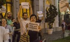 Atores, diretores e produtores teatrais protestam em frente ao Municipal para pedir incentivo à cultura Foto: Agência O Globo / Analice paron