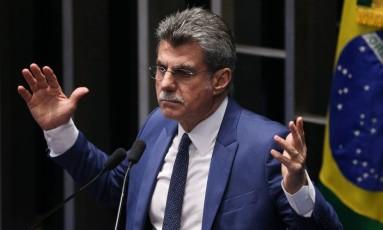 O senador Romero Jucá (PMDB-RR), líder do governo, durante discurso na tribuna do Senado Foto: André Coelho / Agência O Globo