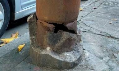 Oxidação já consumiu boa parte da base do poste. Light diz que fará troca em junho Foto: Roberto Percinoto / Reprodução