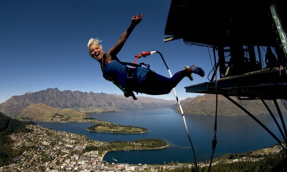 Emoção no bungee jumping, em Queenstown, com o visual do Lago Wakatipu ao fundo Foto: Divulgação / AJ Hackett Bungy New Zealand